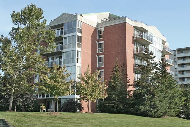 1071 Queens Avenue, Oakville - Queens Heights condominiums in College Park.