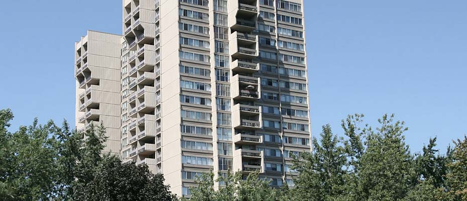 1359 White Oaks Boulevard, Oakville - The Oaks condominium is a 21 storey building located in Oakville's Falgarwood neighbourhood.